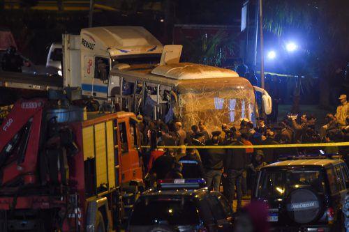 Ein selbst gebauter Sprengsatz am Straßenrand traf den Bus, der gerade mit 14 vietnamesischen Touristen nahe den Pyramiden von Gizeh unterwegs war. AFP
