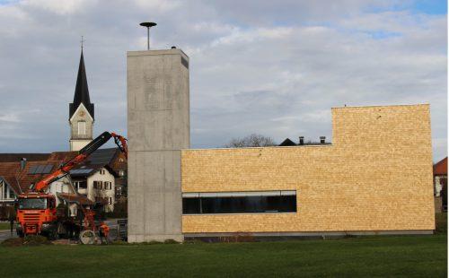 Ein symbolisches Etappenziel beim Bau des Hohenweiler Feuerwehr-Gerätehauses: die Sirene auf dem Schlauchturmdach funktioniert. STRAUSS