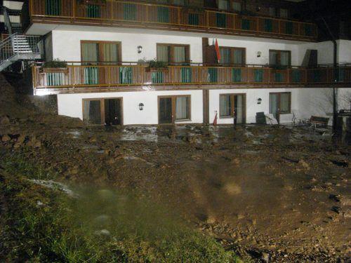 Eines der Zimmer im Suitehotel wurde komplett mit Schlammmaterial gefüllt. Polizei