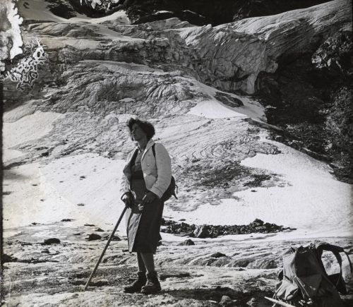 Eleonore Bertolini in einem knielangen Rock, der vorne geknüpft war. Die Aufnahme entstand 1933 am Litzner Gletscher.