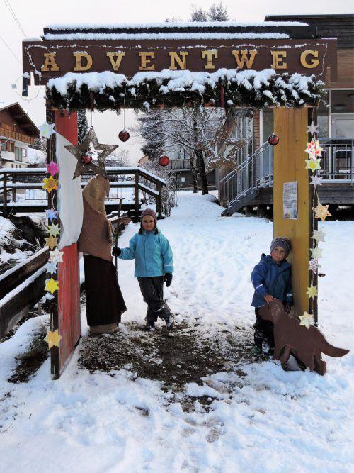 Elisa und Elean hatten mit den Tieren auf dem Adventweg ihre Freude. me