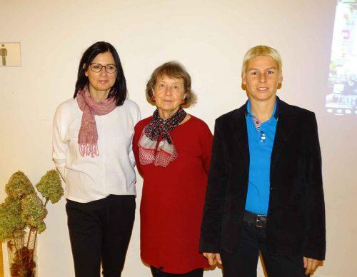 Emsbachinnen-Sprecherin Patricia Tschallener mit den Referentinnen Magdalena Holzer und Marianne Ölz (von l.).tf
