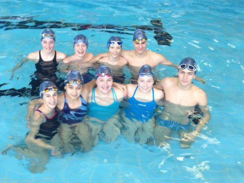 Erfolgreiche Schwimmerinnen und Schwimmer: Vorne: Ada, Iva, Christina, Lena und Noah. Hinten: Samira, Markus, Samuel und Ernest. scb