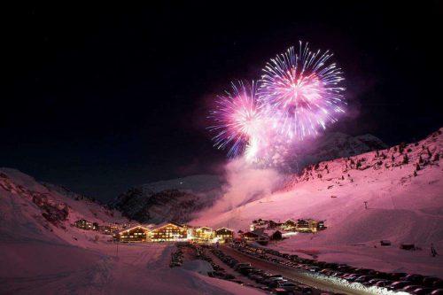 Feuerwerkshows mit besonderer Musik sorgen für beeindruckende Momente. zürs tourismus