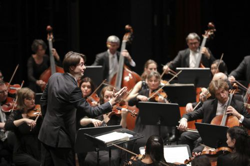 Leo McFall, Chefdirigent des Symphonieorchesters Vorarlberg, leitet die Sonderkonzerte vor jeweils erlaubten 100 Besuchern in Götzis. SOV/MATHIS