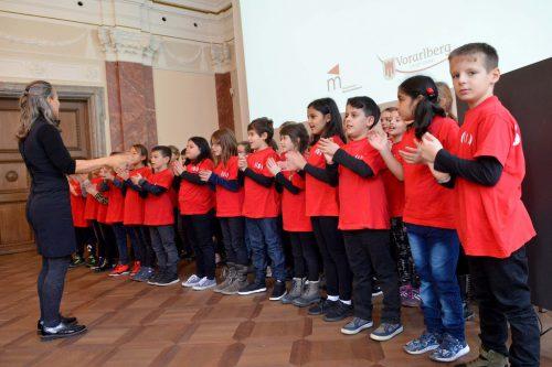 Der Superar-Chor bei seiner Gesangsvorführung.Landeshauptstadt Bregenz.