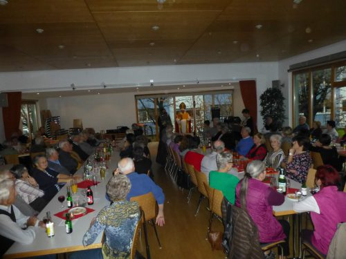 Gespannt lauschten die Hörbranzer Senioren den Nikolaus. sb