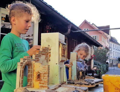 Heuer fand erstmals ein Krippenbaukurs für Kinder statt . the