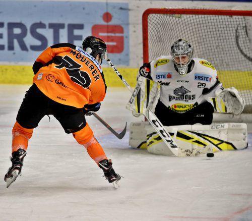 Immer wieder Rasmus Rinne. Alle 45 Schüsse wehrte der Dornbirn-Torhüter beim 4:0-Sieg in Graz ab, im Bild klärt er gegen Kevin Moderer.Gepa