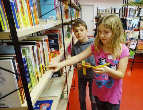 In der Bücherei mussten Klappentexte richtig zugeordnet werden.