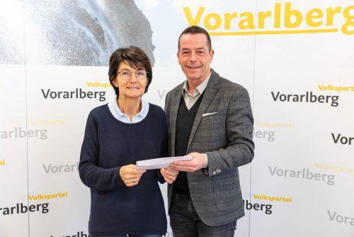 Inge Sulzer nahm den Scheck von Dietmar Wetz dankend an.Mauche