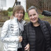 """<p class=""""caption"""">Isabella Preuß (l.) und Barbara Bischof kamen zur Messe.</p>"""