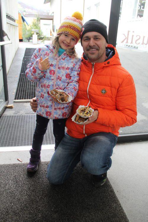 Johanna und Papa Bernd nach dem Besuch der Kinderbackstube.