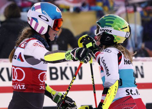 Katharina Liensberger (r.) fand im Halbfinale des Parallelbewerbs in St. Moritz in Mikaela Shiffrin ihre Meisterin. ap