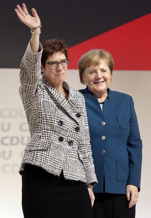Kramp-Karrenbauer (l.) wurde zur Nachfolgerin von Merkel gekürt.AP