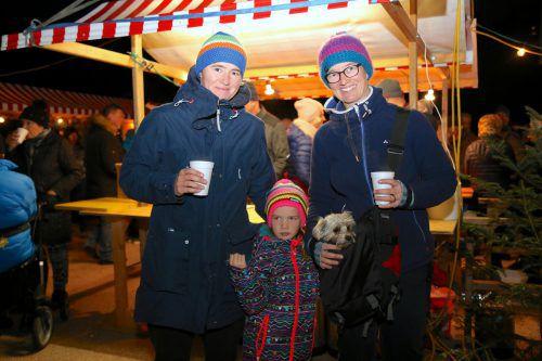 Lesley, Emma, Hund Lina und Gabi genossen das Ambiente des Tostner Adventmarktes.uysal