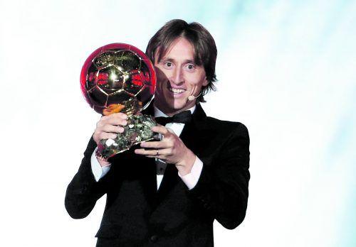 Luca Modric freut sich über den goldenen Ball.reuters