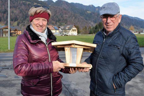Luise Häberlin und Elmar Metzler erstanden ein Vogelhäuschen.
