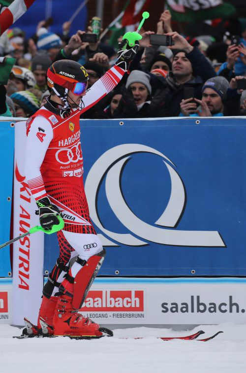 Marcel Hirscher huldigt dem Heimpublikum in Salzburg. Mit dem Sieg im Slalom in Saalbach avanciert er zum erfolgreichsten österreichischen Weltcupläufer. gepa