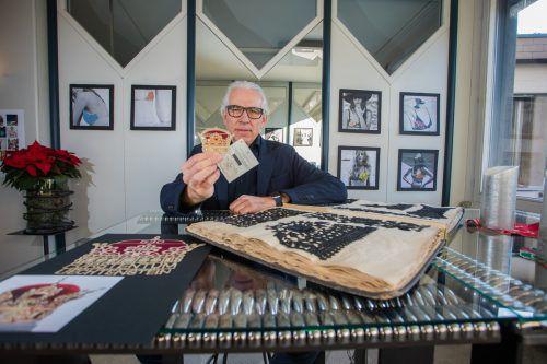 Markus Hämmerle mit der aus Goldfäden gestickten Liechtenstein-Briefmarke. VN/PS