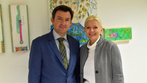 Matin Staudinger und Michaela Wagner bei der Ausstellung.