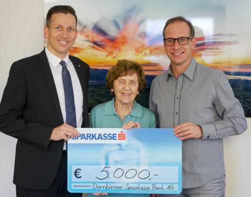 Michael Sutterlütti überreicht den Scheck an Gertrude Klien und Dieter Egger (v.l.).