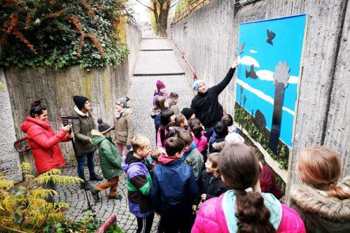 Mit einem Moosgummibild, Sträuchern und Vogelhäuschen werden die Schulwege in Bregenz gestaltet.