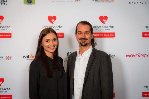 Model Veronika Bartoschova und der Geschäftsführer und Gründer von Planet Pure und Eliah Sahil Naturshampoo, Silvio Perpmer, bei der Preisverleihung in Stuttgart.FA/Joos