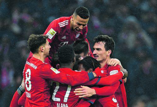 München jubelt mit Goldtorschütze Franck Ribery. Der 1:0-Sieg gegen Leipzig lässt die Titelhoffnungen leben.reuters