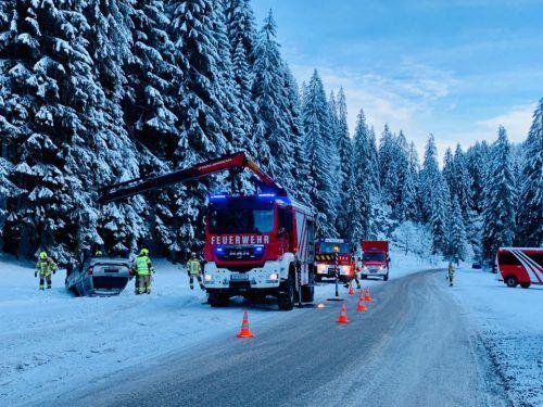 Nach der Bergung wurde das Unfallauto dem Abschleppdienst übergeben. FW Riezlern