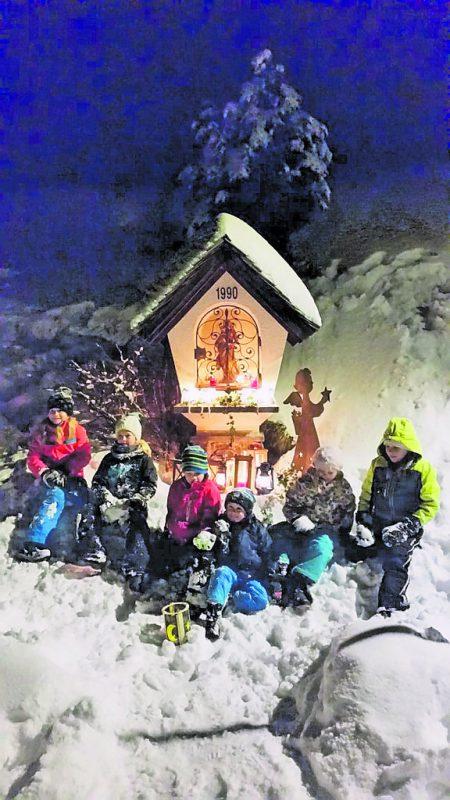 Nach der besinnlichen Wanderung vergnügten sich die Kleinen im Schnee.CEG