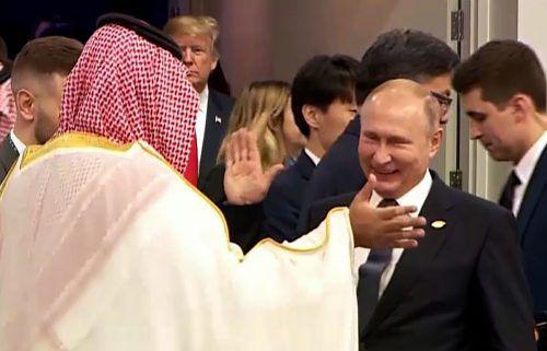 Neben seinem umstrittenen Handschlag mit dem saudischen Kronprinzen gab sich Putinbeim G20-Gipfel kämpferisch. Trump ging ihm aus dem Weg.AFP