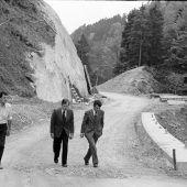 """<p class=""""caption"""">Nur drei Jahre zuvor – im Jahr 1978 – wurde die Bucher Straße erbaut. Auf diesem Bild machten sich Landesrat Sigi Gasser (Mitte) und Bürgermeister Ewald Hopfner (rechts) ein Bild von den Arbeiten.</p>"""