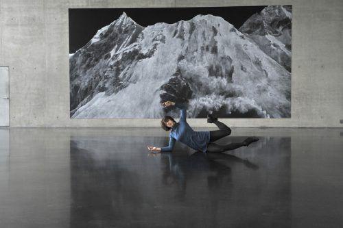 """Performance von Katharina Senk vor dem Werk """"The Letter from Montafon"""" von Tacita Dean im Kunsthaus Bregenz. R. Sagmeister"""