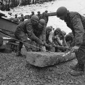 """<p class=""""caption"""">""""Pionierarbeit"""" im wahrsten Sinn des Wortes leisteten die Jäger des Landeswehrstammregiments 91 beim Brückenbau an der Bucher Straße.</p>"""