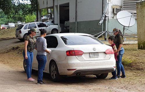 Polizistinnen begleiteten Mutter und Sohn in die Freiheit. AFP
