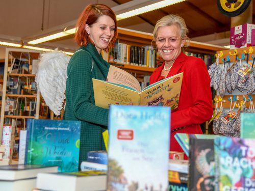 Rebecca van der Thannen übergab etwa 60 Bücher an Gabriele Mähr. VN/Lerch