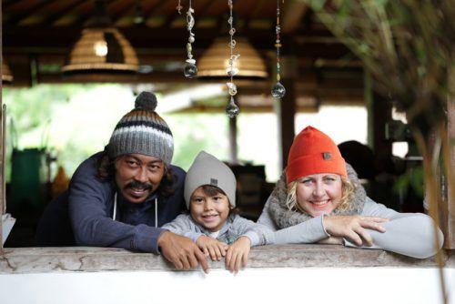 Rian, Nalin und Martina Walch, die Gründerin von Dana Beanies, ausgestattet mit den eigenen Kopfbedeckungen.walch