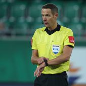 Schiedsrichterquartettbehält FIFA-Wappen