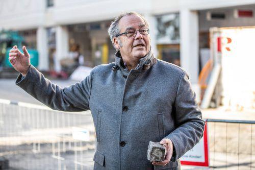 Rudolf Sagmeister, Initiator der Protestaktion zur Erhaltung der Altstadtgassen mit Pflastersteinen, sieht sich mit einer Anzeige konfrontiert. VN