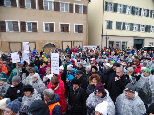 """Rund 1000 Menschen demonstrierten für ein menschliches Fremden- und Asylrecht und sammelten 2662 Unterschriften für die Petition """"Asyl und Lehre"""".tf"""
