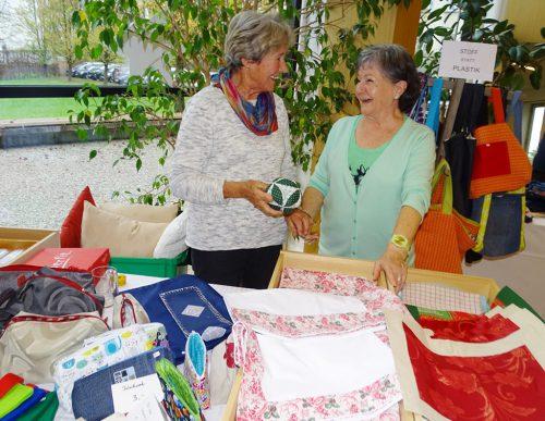 Rund 25 Frauen stricken, nähen und basteln das ganze Jahr über für den Adventbasar.
