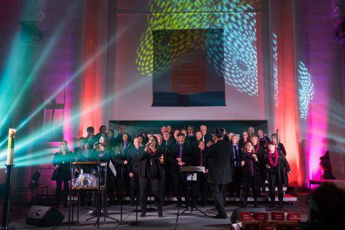 Rund 50 Sänger(innen) singen Lieder mit Botschaften, die unter die Haut gehen.  gospel family
