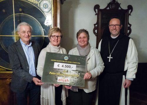 Schirmherr Herbert Sausgruber, Lions-Club-Präsidentin Marie-Luise Dietrich, Organisatorin Andrea Helbok und Abt Vinzenz freuen sich über das Ergebnis. dietrich
