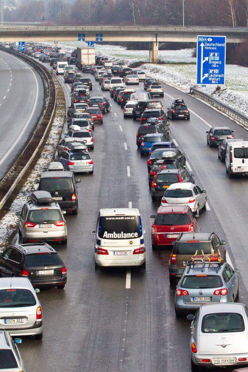 So sollte es sein: Rettungsfahrzeugen ist bei einem Unfall auch auf der Autobahn durch Ausweichen der Vorrang zu ermöglichen. Vn/Steurer