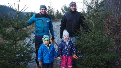 Bei der letzten Weihnachtsbaum-Aktion haben zum Beispiel Jürgen und Klaus mit ihren Kindern Elias und Anna die passenden Fichten gefunden. Christof Egle