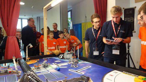 Spannung bis zum Schluss: Die Wertungsrichter begutachten die Leistung des Teams Vorarlberg (orange T-Shirts).lcf