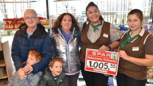 Spendenübergabe im Spar Schwefel.loa