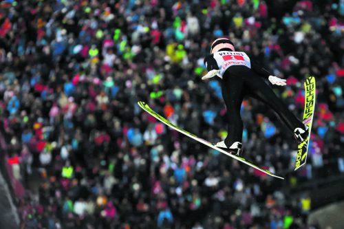 Stefan Kraft hat nach dem Sieg in der Qualifikation mit Startnummer eins im zweiten Durchgang des ersten Springens der Vierschanzentournee eine große Aufholjagd gestartet.Gepa