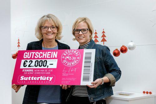 Sylvia Steinhauser vom Vorarlberger Kinderdorf und Carolin Dobler von Sutterlüty bei der Spendenübergabe. C. Kerber